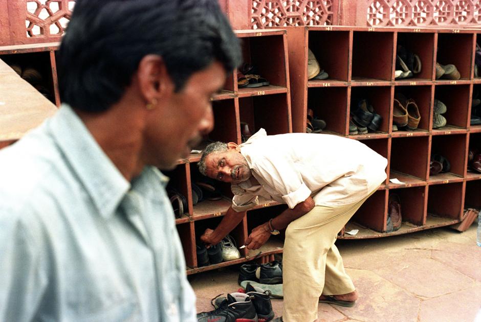 Indie, Agra. Szafka na buty przed wejściem do Tadż Mahal