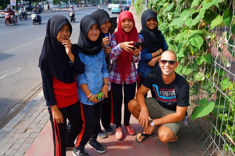 Wspólne zdjęcie z dziewczynami, Indonezja