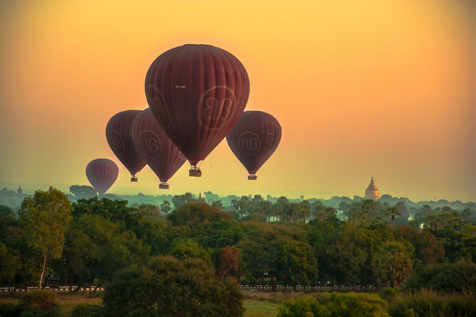 Zdjęcia z Pagan - poranne loty balonem
