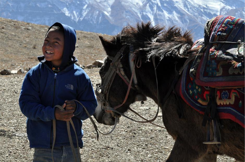 Nepalskie dziecko z koniem - foto