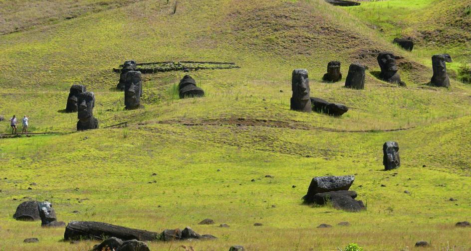 Posągi moai na zboczu wulkanu Rano Raraku, Rapa Nuei