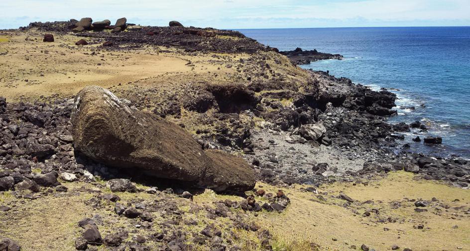 Przewrócone posągi moai na Rapa Nui