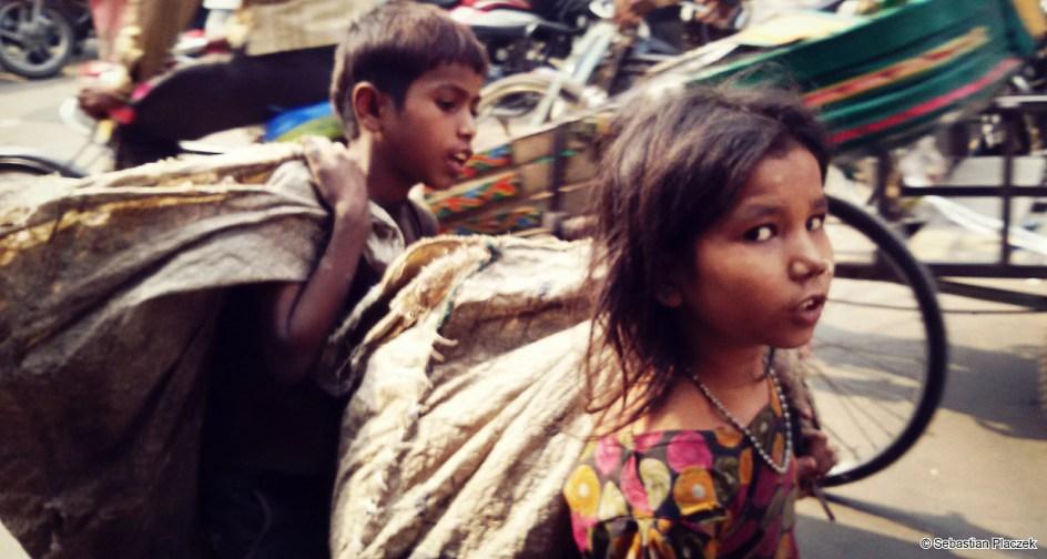 Indie, praca dzieci. Maluchy zbierające butelki. FOTO - Sebastian Placzek