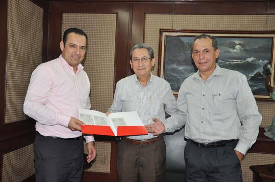 El entonces rector Ramón Arturo Cedillo Nakay con directivos de Banco Santander.