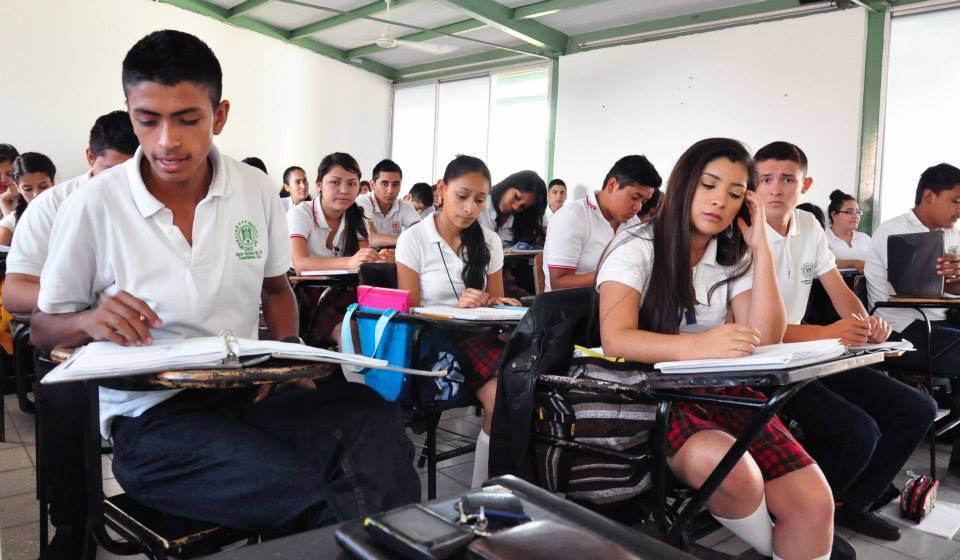 Los 10 bachilleratos de Colima con mejor y peor desempeño de alumnos