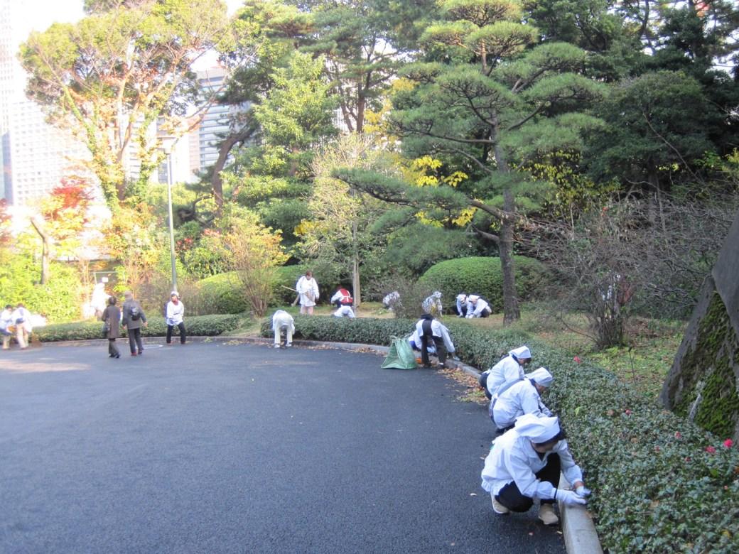 Cuadrilla de trabajadores en acción en el Palacio Imperial de Tokio