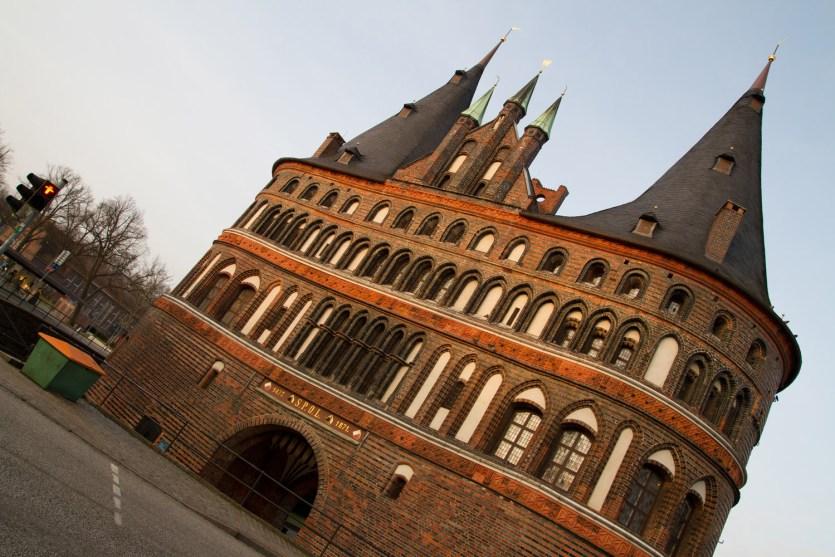La puerta Holstentor en Lübeck, Alemania