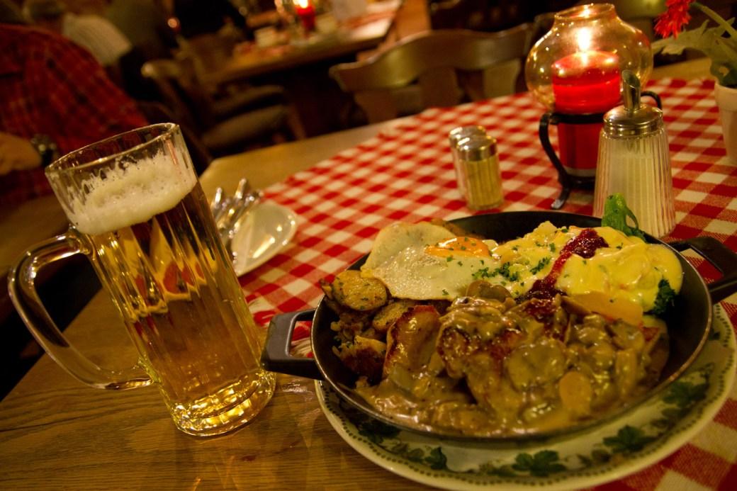 Sartén de la casa en el restaurante Kartoffelkeller, Lübeck, Alemania