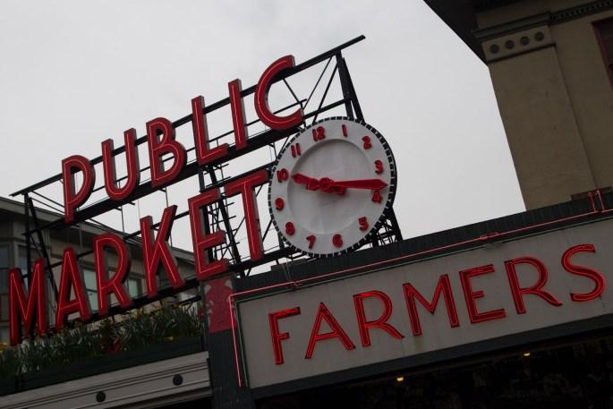 Entrada al edificio principal del mercado de Pike Place, Seattle, EE.UU.