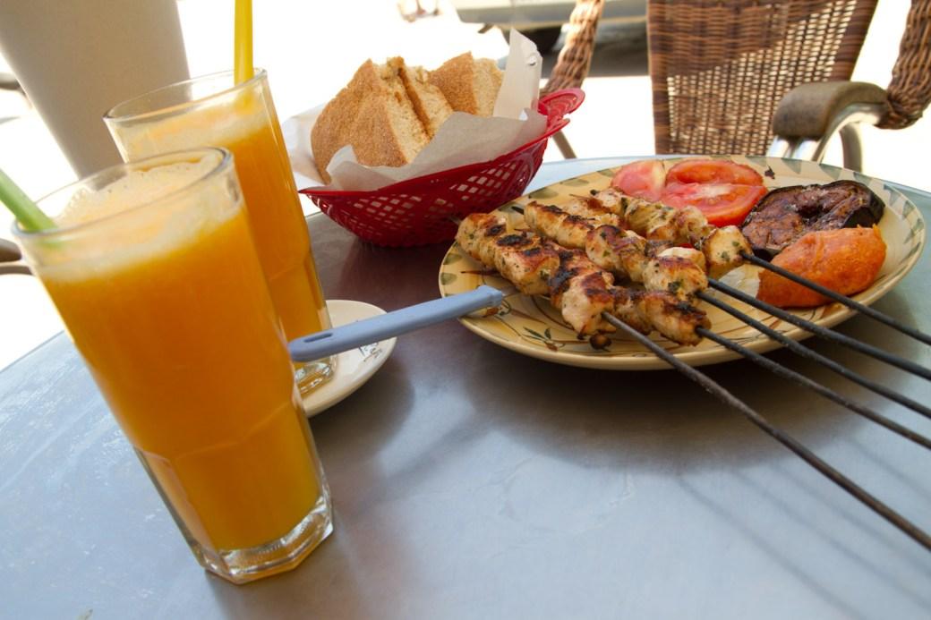 Tentempie en un restaurante del a Plaza Mohammed VI en Moulay Idriss
