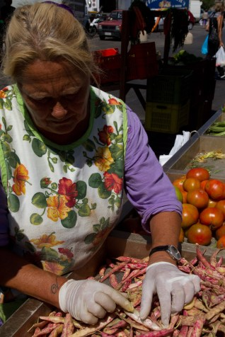 Vendedora de legumbres en el mercado de Civitavecchia, Italia