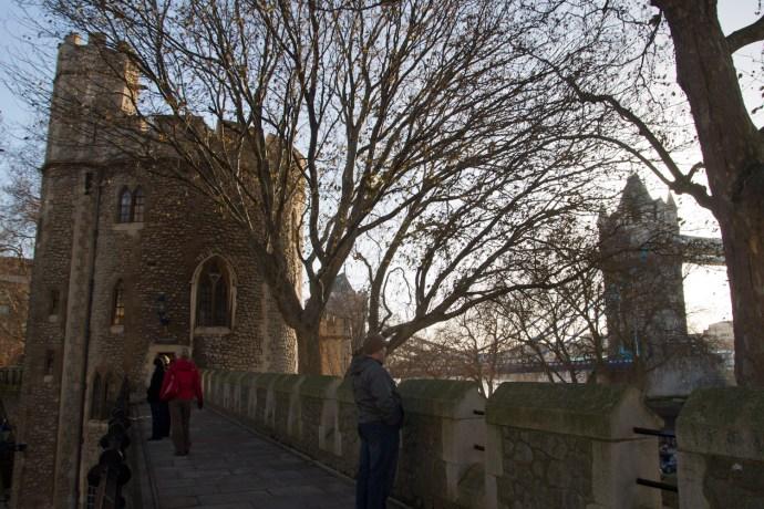 Adarve de la torre de Londres, Támesis y Tower Bridge, Londres, Inglaterra, Reino Unido