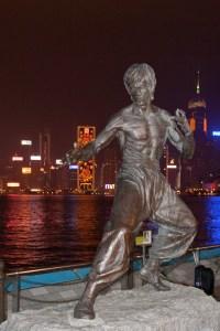 Estatua a Bruce Lee en la Avenida de las Estrellas en el Puerto Victoria en Hong Kong