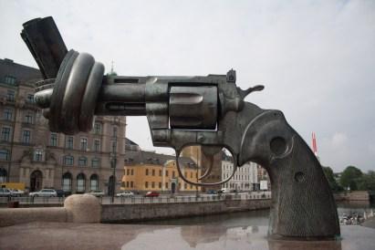 Escultura Non-Violence en Malmö, Suecia.