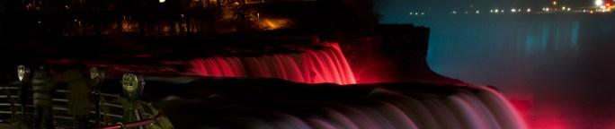 Las cataratas del Niágara, vistas con la iluminación de noche desde Prospect Point, en Niagara Falls, Nueva York, EE.UU.