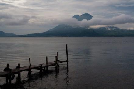 El lago Atitlán, desde un embarcadero en Panajachel, Guatemala
