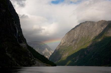 Un arcoiris en medio del Nærøyfjorden, en Gudvangen, Noruega