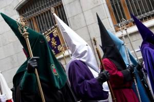 Representantes de diversas cofradías en la Semana Santa de León, España