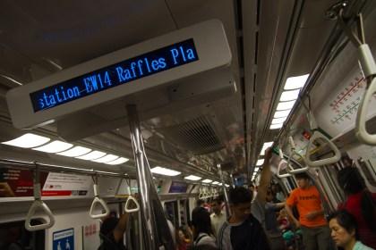 Interior de un vagón del metro de Singapur