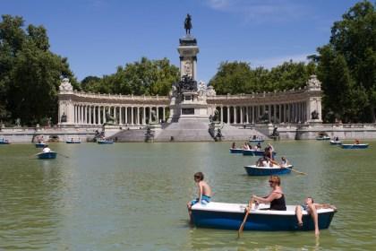 Tomando el sol en el estanque del Parque de El Retiro, Madrid, España
