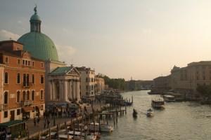 Atardecer con la iglesia de San Simeone Piccolo y el Gran Canal de Venecia, Italia