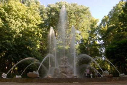 La fuente de los cisnes de los jardines del Príncipe en todo su esplendor. Aranjuez, España.