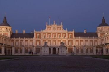 La noche empieza a caer sobre la fachada del Palacio Real de Aranjuez, España.