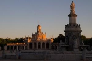 La tarde cae sobre la Iglesia de San Antonio, bella representante del arte barroco en Aranjuez, España.