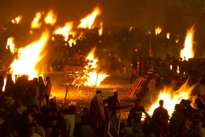 La playa de Orzán en La Coruña, España, en llamas durante la fiesta San Juan