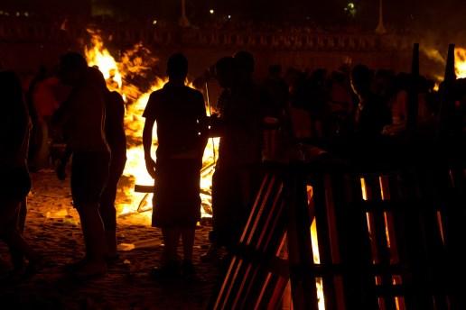 Iniciando la quema de las hogueras de San Juan, A Coruña, España
