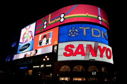 Letreros de neón y pantallas gigantes de Piccadilly Circus, Londres, Reino Unido