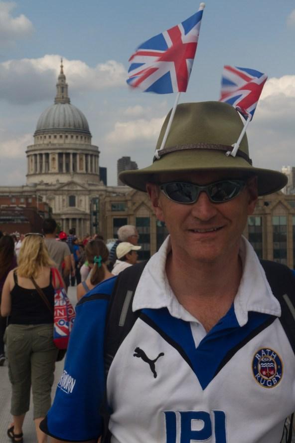 Un patriota británico con banderas en su sombrero en las Olimpiadas de Londres 2012
