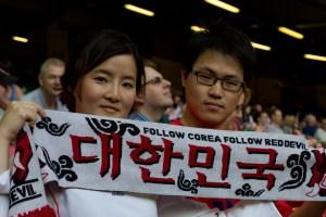 Fans de Corea del Sur mostrando una bufanda en las Olimpiadas de Londres 2012