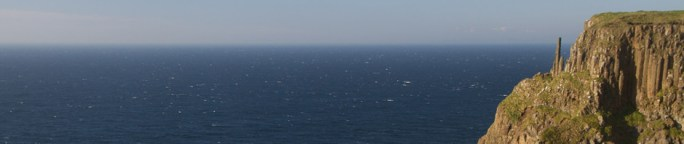 Los Chimney Tops, una formación de columnas basálticas que sobresalen en los acantilados de la Costa de la Calzada del Gigante, en Irlanda del Norte