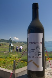 Estatua de Corto Maltés y representación de botella de vino en Grandvaux, Suiza