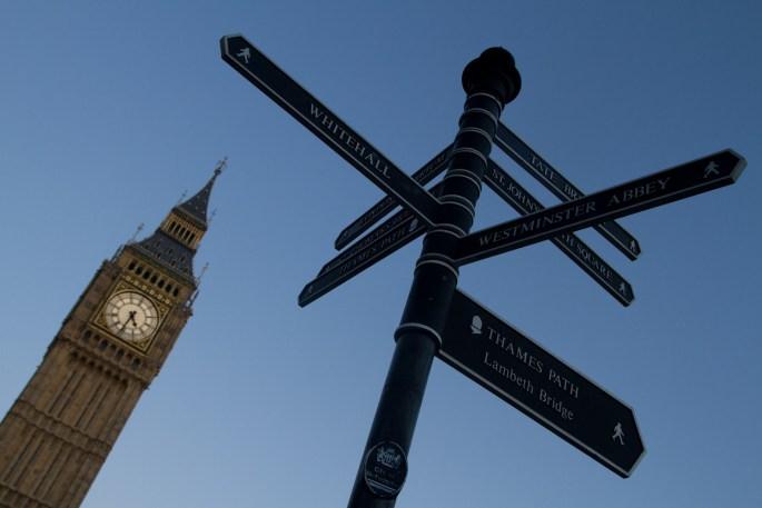 La torre del reloj o del Big Ben y letreros con direcciones, Londres, Inglaterra