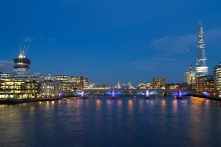 Puentes sobre el Tamésis al crepúsculo, Londres, Inglaterra