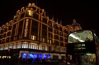 Iluminación nocturna de Harrods, Londres, Reino Unido