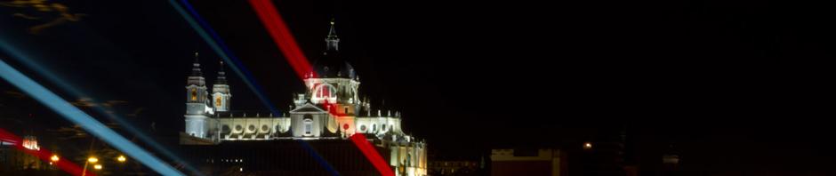 La Catedral de la Almudena de Madrid con las luces de los vehículos transitando por el Puente de Segovia
