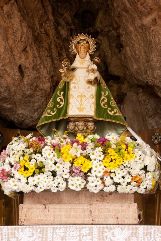 Escultura de la Virgen con el Niño en la Santa Cueva de Covadonga, España