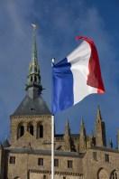 Abadía del Mont-Saint-Michel y bandera francesa, Normandía, Francia
