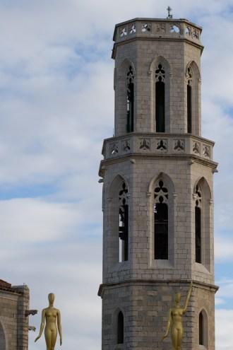 Iglesia de Sant Pere y estatuas del Teatro-Museo Dalí, Figueras, España