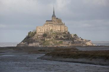 Panorámica del Mont-Saint-Michel desde la desembocadura del río Couesnon, Normandía, Francia