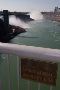 Las cataratas del Niágara y a frontera entre EE.UU. y Canadá en el Rainbow Bridge