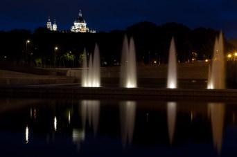 Catedral de la Almudena y río Manzanares de noche, Madrid, España