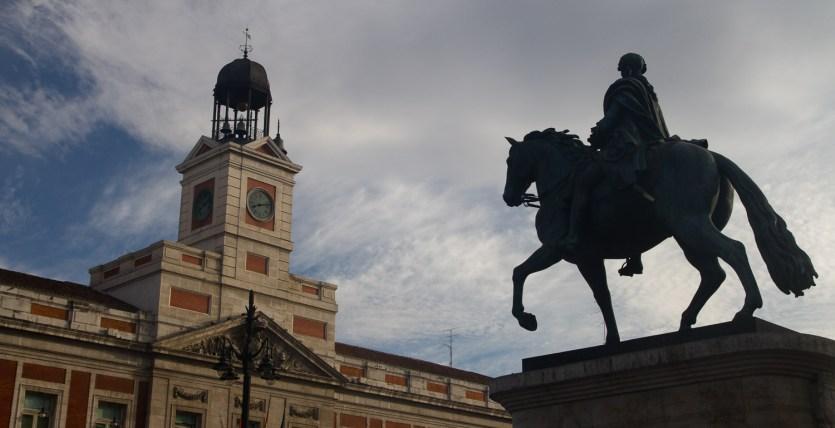 Estatua ecuestre de Carlos III contemplando la Puerta del Sol, Madrid, España