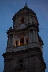 Sábado 18 — Campanario al atardecer de la catedral de Málaga, España