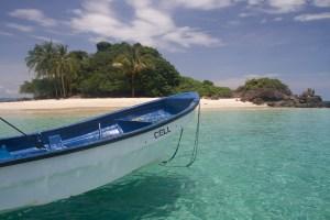 Barco en la isla Granito de Oro, parque nacional Coiba, Panamá