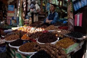 Puesto de frutos secos en la medina de Fez, Marruecos
