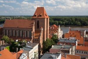 Panorámica de la catedral y la ciudad de Toruń, Polonia